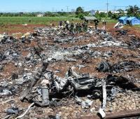 Personal cubano trabaja entre los escombros del avión accidentado el pasado viernes, en La Habana (Cuba).