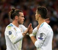 Cristiano Ronaldo felicita a Gareth Bale durante la final de la Champions 2018 en Kiev.