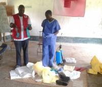 Foto facilitada por la Federación Internacional de la Cruz y la Media Luna Roja que muestra a trabajadores sanitarios con ropa de protección en Bikoro, el epicentro del último brote de ébola, en la República Democrática del Congo, el 17 de mayo de 2018.