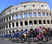 Etapa final del Giro de Italia 2018. El campeón Chris Froome y el pelotón recorren las calles de Roma.