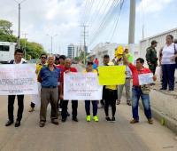 Beneficiarios y miembros de la reserva activa de las Fuerzas Militares de Colombia, realizaron este viernes un plantón en frente de la sede de la Escuela Naval de Sub Oficiales 'ARC Barranquilla'