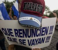 Un joven con una pancarta participa de un plantón en las afuera del seminario de nuestra señora de Fátima hoy, miércoles 23 de mayo de 2018, en Managua (Nicaragua).