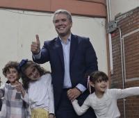 iván Duque votando con sus hijos