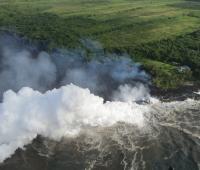 Vista aérea de la costa de Pahoa donde la lava fluye hasta el océano, en Hawaii, Estados Unidos. EFE/ Servicio Geológico De Los Estados Unidos