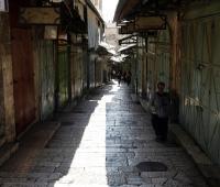 Vista del mercado de la Ciudad Vieja de Jerusalén, que permanece cerrado hoy.