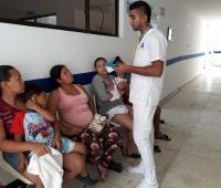 Enfermero atiende a personas en urgencias