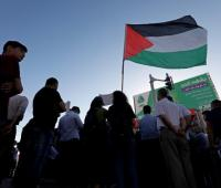 Palestinos levantan su bandera