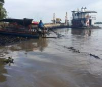 Aguas del río con petróleo derramado