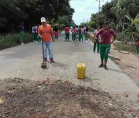 Estudiantes y habitantes arreglan vía dañada