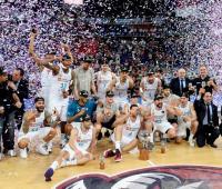 Jugadores y cuerpo tecnico el Real Madrid celebran la consecución del título de la Liga Endesa