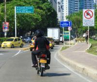 Moto circulando por avenida