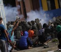 Manifestantes disparan morteros caseros el 9 de junio de 2018, durante los enfrentamientos entre manifestantes y policias en Masaya (Nicaragua).