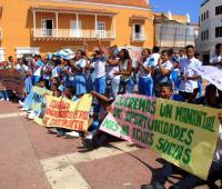 Estudiantes con pancartas en los bajos de la Alcaldía