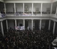 Cientos de estudiantes se toman las instalaciones de la Universidad de Chile para exigir que estos sean