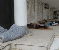 Venezolanos durmiendo en pasillos de un edificio en el barrio Los Ángeles.