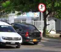 Un vehículo particular transita en contravía en el barrio Blas de Lezo.
