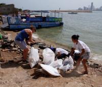 Voluntarios recolectando residuos en la playa de Tierrabomba