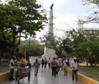 Transeúntes en el parque Centenario