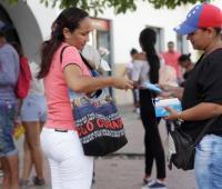 Migrantes venezolanos venden dulces en el Centro Histórico de Cartagena.