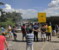 Expulsan inmigrantes venezolanos de sus carpas y queman sus objetos personales.