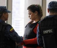 Mujer es llevada apresada por guardias del INPEC