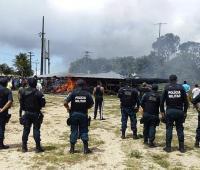 olicías brasileños prestan guardia mientras ciudadanos brasileños se manifiestan contra la presencia de inmigrantes venezolanos