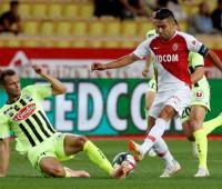 El colombiano Falcao García encara a un oponente en el partido entre Mónaco y Reims