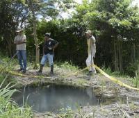 hombres alrededor de pozo de agua