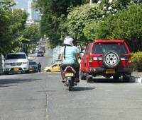 Parrillero en moto en calle del Alto Bosque