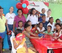 Niños reunidos en un comedor