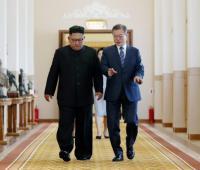 El presidente surcoreano, Moon Jae-in (d), y el líder norcoreano, Kim Jong-un (i), conversan antes de una reunión en Pionyang