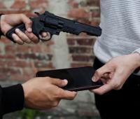 Hombre con arma atracando