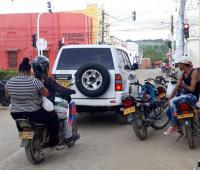 Vehículos circulando en una calle de El Carmen de Bolívar
