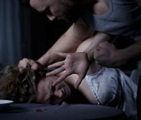 Hombre maltratando a una mujer.