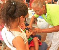 Niños recibiendo las vacunas