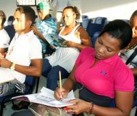 Estudiantes dando clases