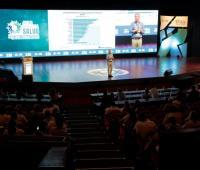 Mauricio Reina en conferencia de economía nacional.