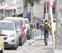 Niña vendiendo en calle del Pie de La Popa