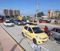 Carros circulando por una vía