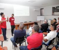 Los cubanos Sergio Pérez y Manuel Millet durante el Seminario de Baseball 5 realizado hoy en el Salón Melanio Porto del Centro de Alto Rendimiento del Caribe de Iderbol.