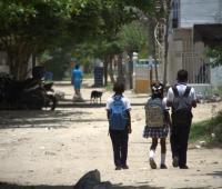 Ilustración niños y niñas caminando en vías.