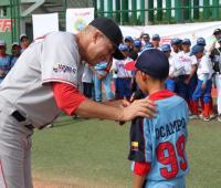 Julián Tavárez motivó a los niños para que trabajen y hagan realidad sus sueños.