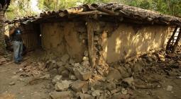 Fotografía fechada el 7 de mayo de 2018. Un hombre permanece junto a los escombros de los muros de su vivienda luego del enjambre sísmico en el municipio de Chirilagua (El Salvador).