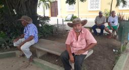 Adultos mayores sentados en la plaza de El Carmen