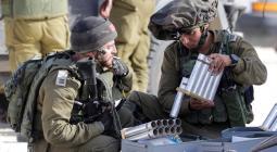 Soldados israelíes recargan las cápsulas de gases lacrimógenos para lanzarlas hacia los territorios palestinos en la frontera, al sur de Israe.