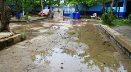 Inundación en la institución educativa San Felipe Neri.
