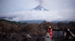 El Instituto Nacional de Sismología, Vulcanología, Meteorología e Hidrología (Insivumeh) reportó que el coloso, situado a 50 kilómetros al oeste de la capital guatemalteca, amaneció este martes con hasta cinco explosiones por hora, dos menos que las registradas el lunes, y con una desgasificación débil.