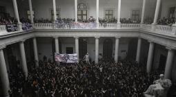 """Cientos de estudiantes se toman las instalaciones de la Universidad de Chile para exigir que estos sean """"espacios seguros"""" contra la """"violencia machista"""" y le entregaron al rector del mismo, Ennio Vivaldi, un petitorio con sus principales reclamaciones, en Santiago."""