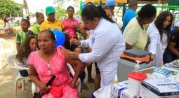 Vacunación a niños y adultos mayores.
