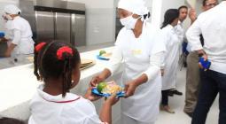 Niños recibiendo el alimento escolar